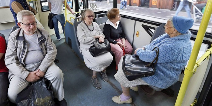Люди в городском автобусе