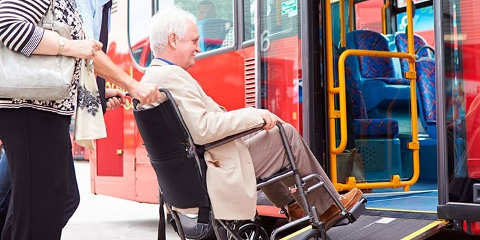 Посадка в муниципальный автобус для маломобильных людей