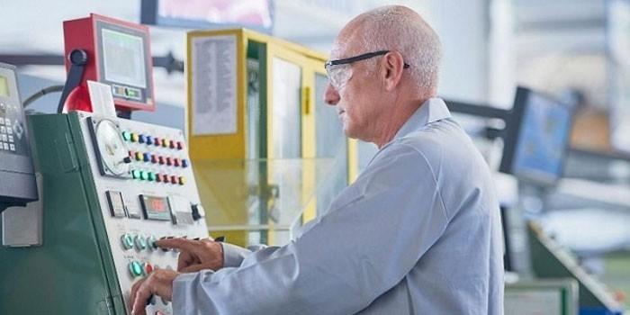 Пожилой мужчина на рабочем месте