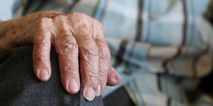Рука пожилого человека