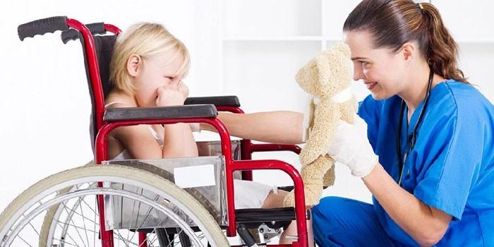 Медик и ребенок в инвалидной коляске и медсестра