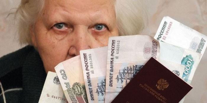 Женщина с деньгами и пенсионным удостоверением