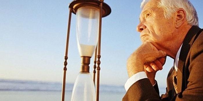 Пожилой мужчина и песочные часы