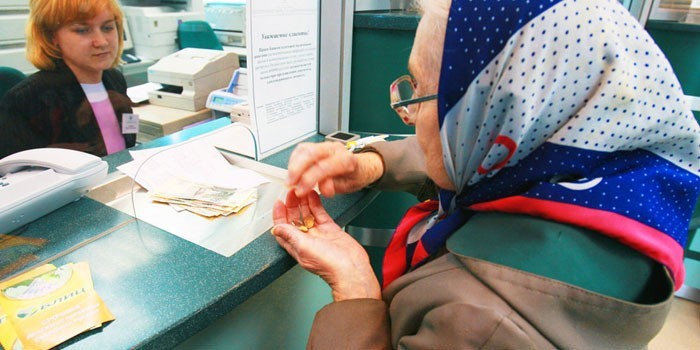 Пожилая женщина у кассы