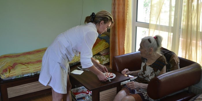 Пенсионерка в доме престарелых