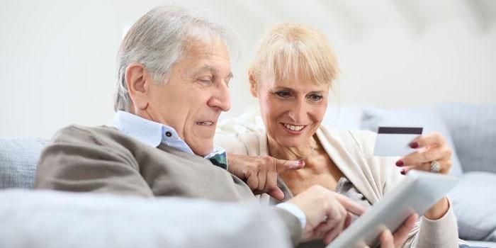 Мужчина и женщина с планшетом