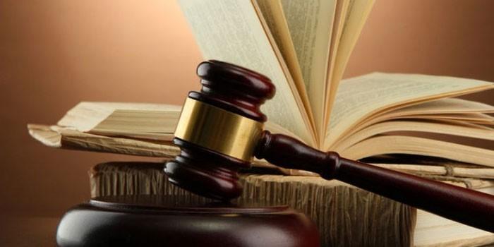 Судебный молоток и книги