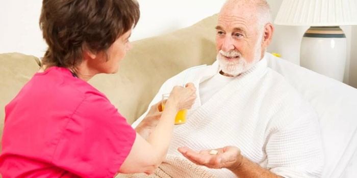 Женщина ухаживает за пожилым человеком