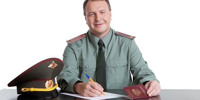 Мужчина в военной форме пишет