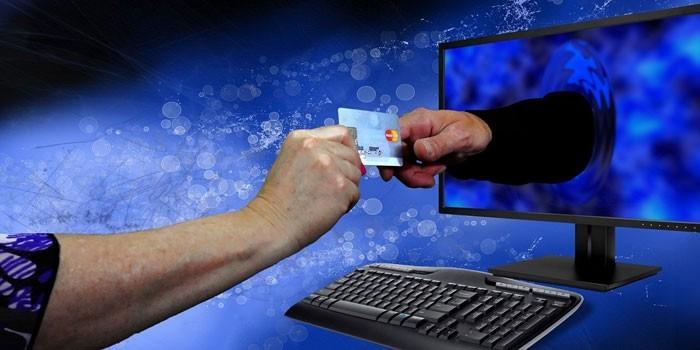 Женщина передает данные карты через компьютер