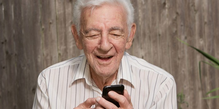 Пожилой мужчина со смартфоном