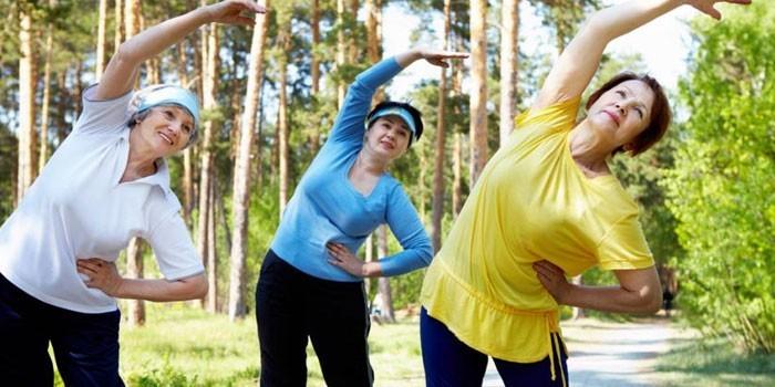 Люди занимаются физическими упражнениями на природе