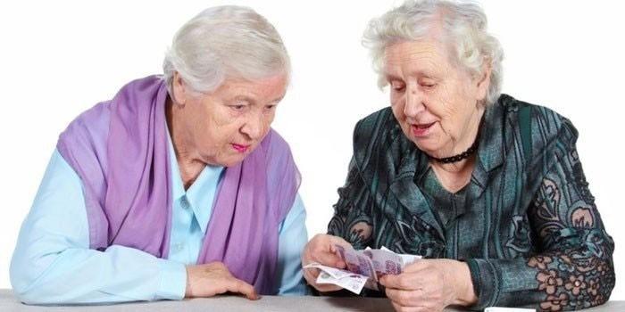 Пенсионерки считают деньги