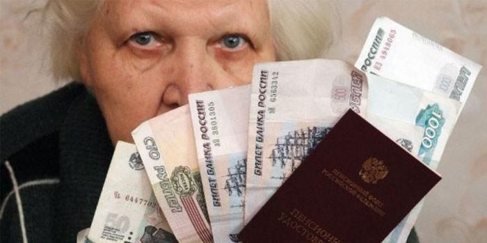 Пожилая женщина и деньги