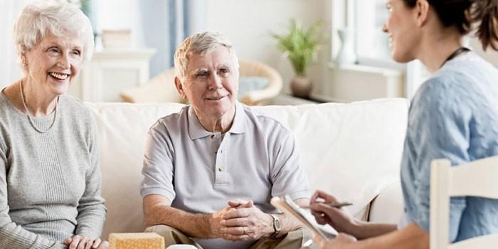 Пожилая пара беседует с соцработником