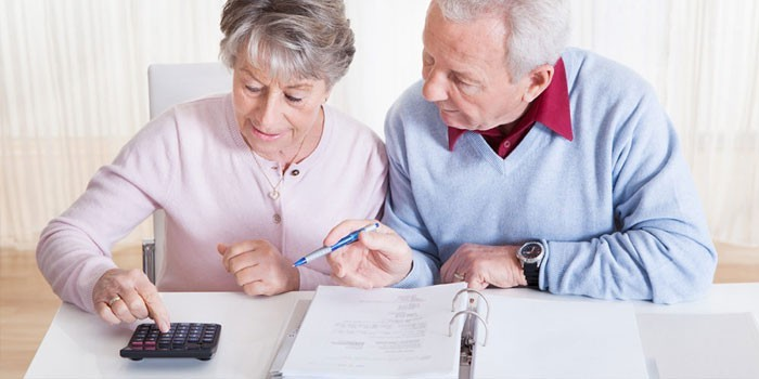 Пожилая пара ведет подсчеты