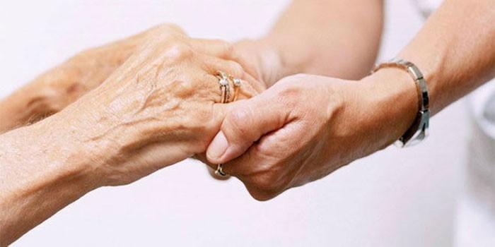 Женщины держатся за руки