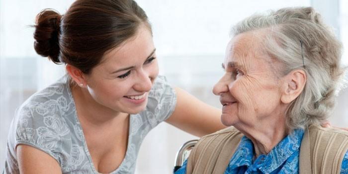 Девушка и пожилая женщина