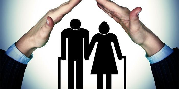 Пожилые люди и руки