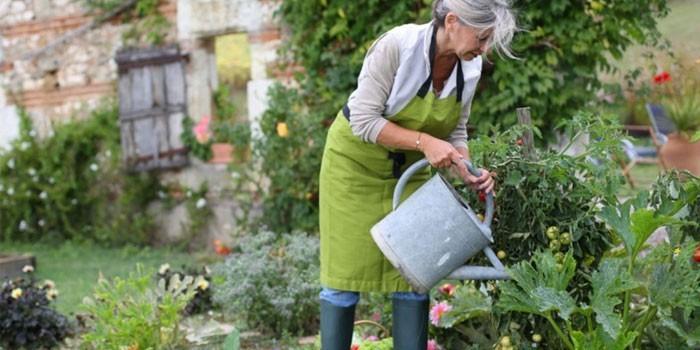 Женщина работает в саду
