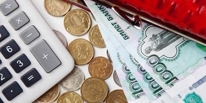 Калькулятор, кошелек и деньги