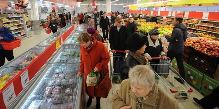 Люди в супермаркете