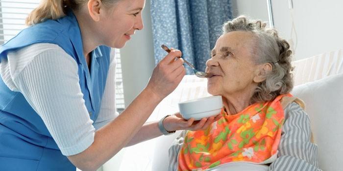 Женщина ухаживает за престарелой