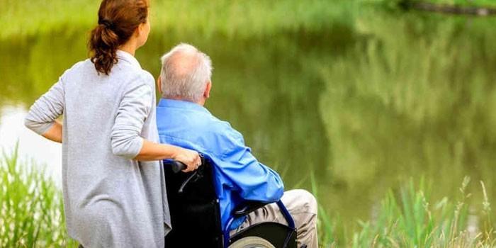 Девушка и пожилой человек на прогулке