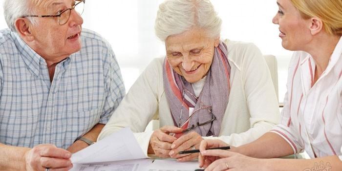 Девушка консультирует пожилую пару