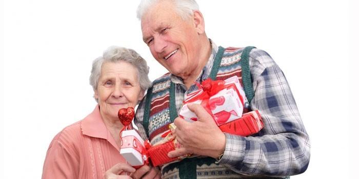 Пожилые люди с подарками
