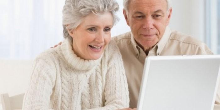Пожилые люди с ноутбуком