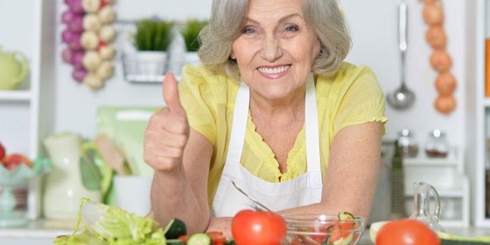 Пожилая женщина на кухне
