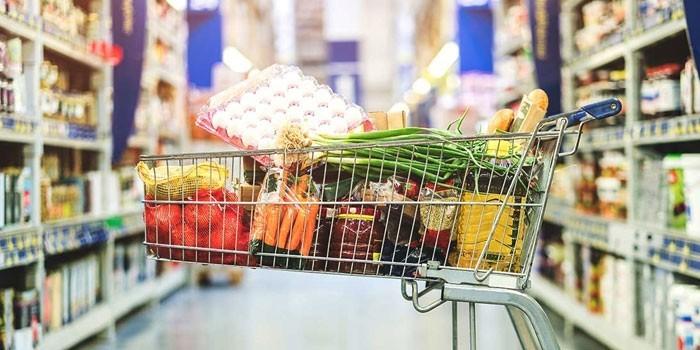 Тележка с продуктами в магазине