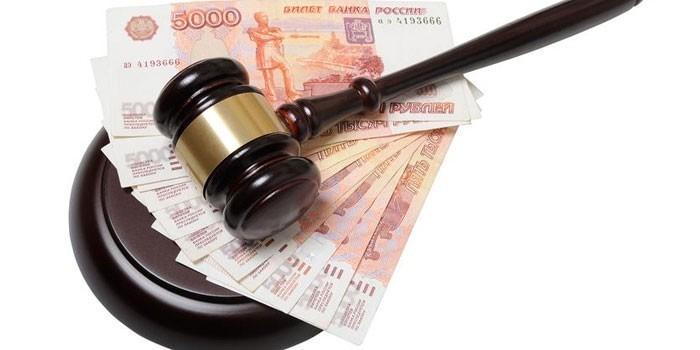 Судейский молоток и банкноты