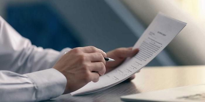 Человек изучает документы