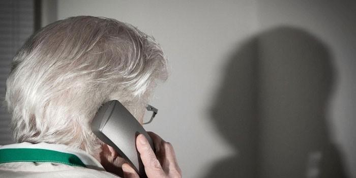 Женщина разговаривает по телефону