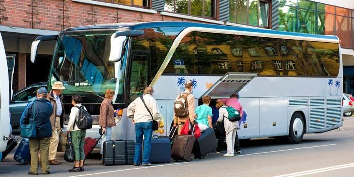Туристический автобус и пассажиры