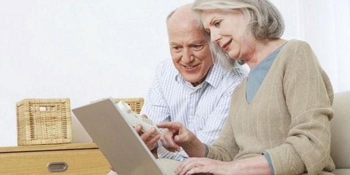Люди с ноутбуком