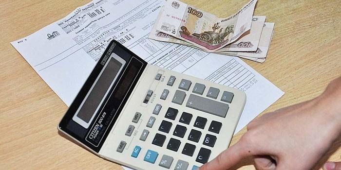 Калькулятор, счет и купюры