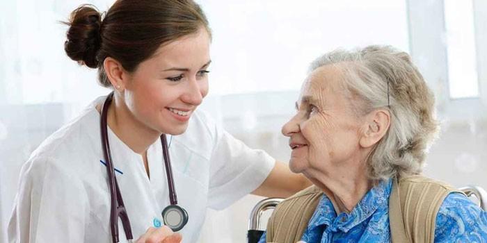 Пожилая женщина и медработник