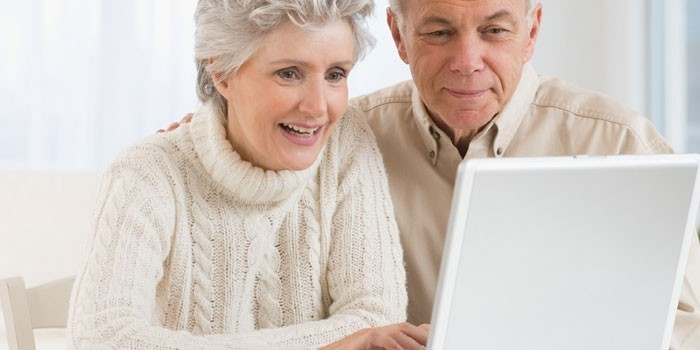 Пожилые люди за ноутбуком