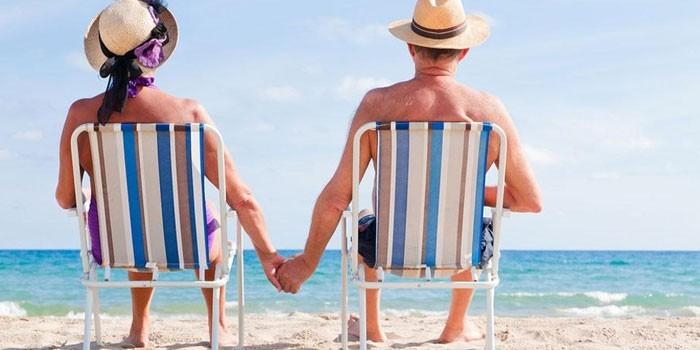 Люди отдыхают на пляже