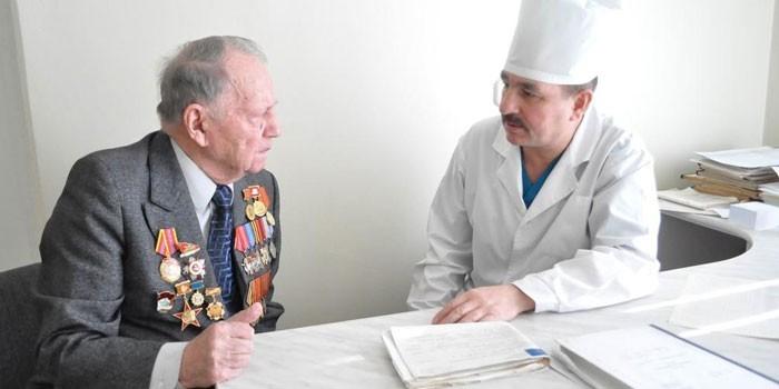 Мужчина беседует с медиком