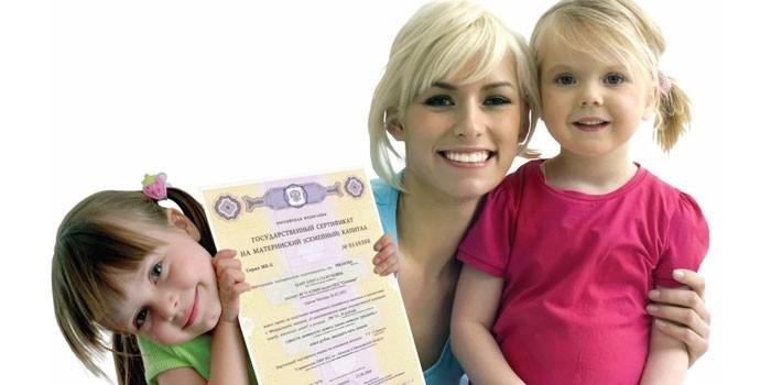 Женщина с детьми и сертификат на материнский капитал