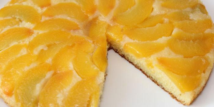 Готовый пирог со свежими персиками