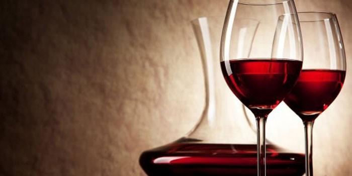 Бокалы и аэратор с вином из черной смородины