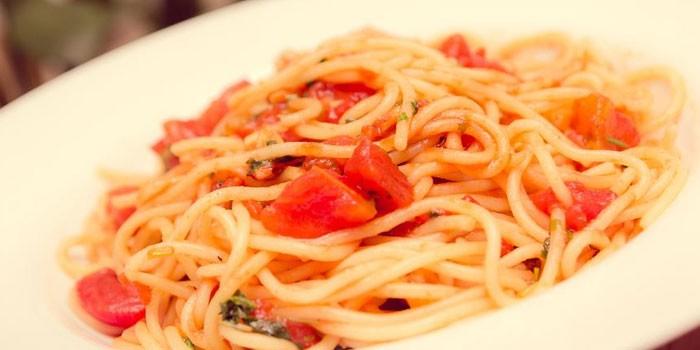 Спагетти с тушенкой и помидорами