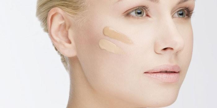 Два оттенка СС крема на лице у девушке