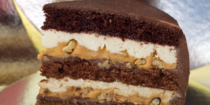 Кусочек торта Сникерс с нугой и карамелью