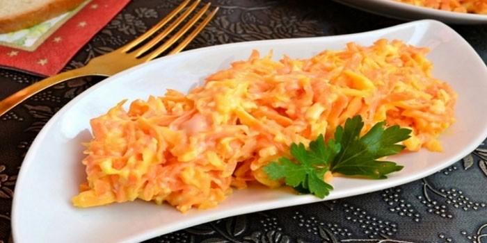 Сырный салат с морковью и чесноком